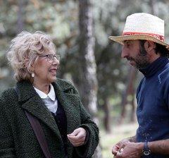 La alcaldesa visita al rebaño de 300 ovejas y 200 corderos que pasta en la Casa de Campo